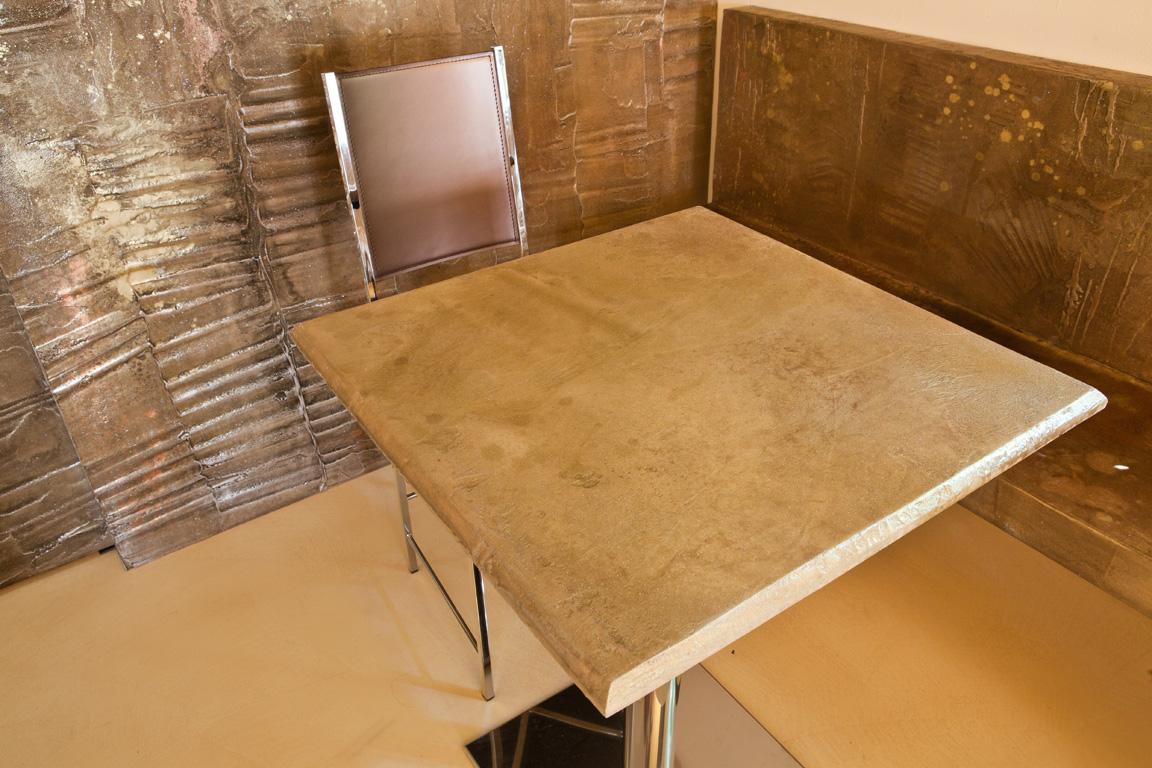 Tavolini e muro in resina decorativa
