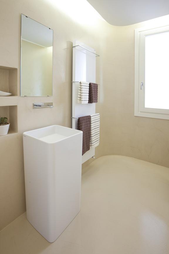 Bagno e pavimento in resina decorativa